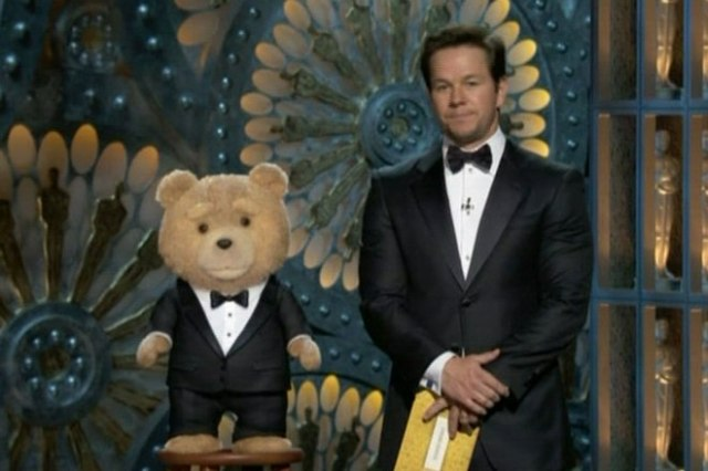 ted-mark-wahlberg-oscars-2013